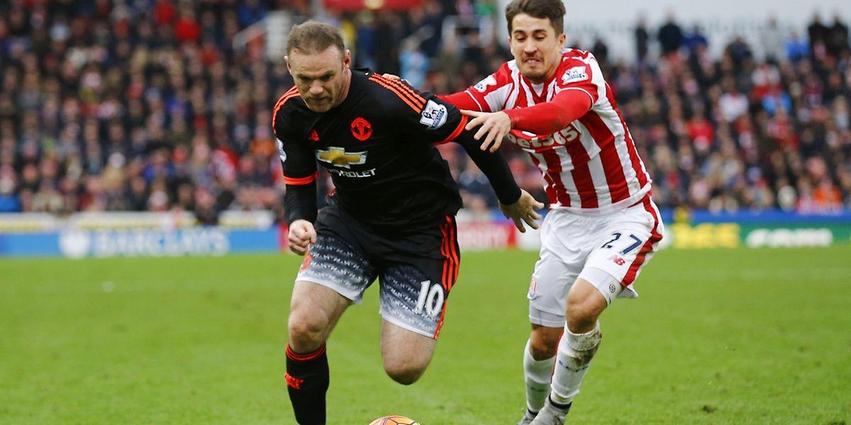 Wayne Rooney tente d'échapper à Bojan Krkic, mais les Mancuniens ont sombré à Stoke