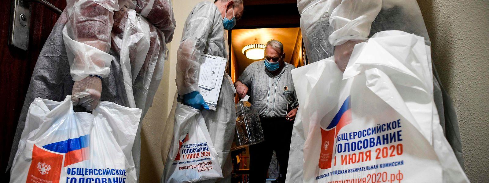Abstimmung in Zeiten von Corona: Mitglieder der Wahlkommission holen Wahlzettel an der Haustür ab.