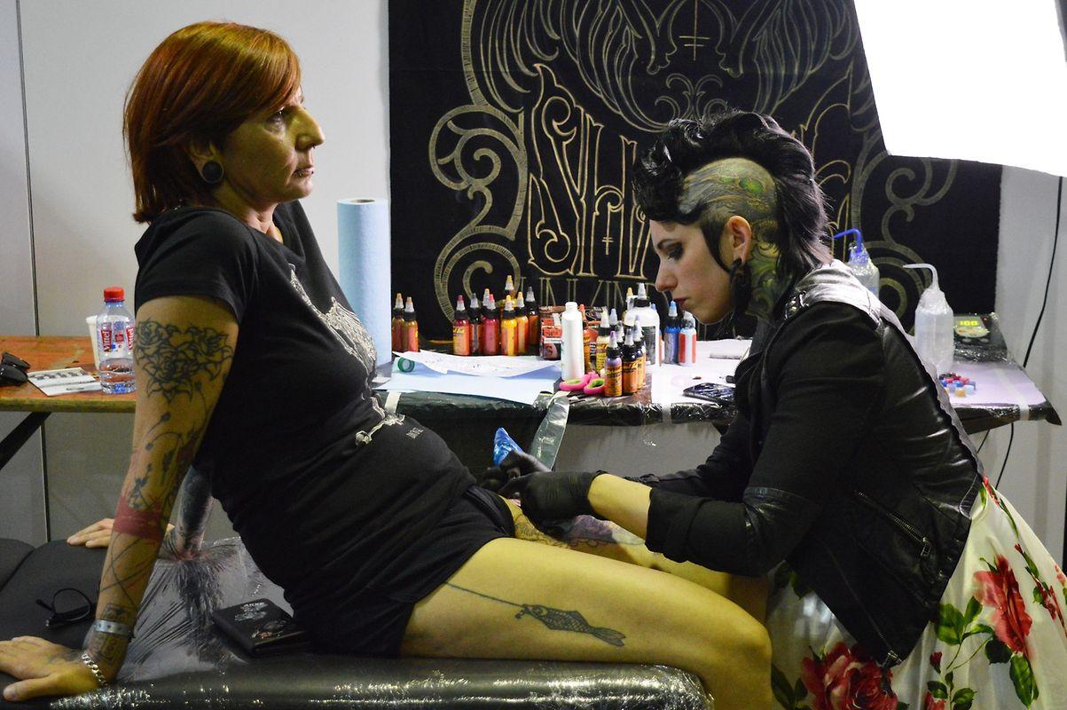 """Em pleno trabalho, a tatuadora norte-americana Teresa Sharpe (à dir.), vencedora do programa de televisão """"Best Ink"""" e nome emergente no panorama mundial, foi uma das grandes atracções do """"The Storm"""" 2016."""