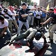 """Weisse Nationalisten, Neo-Nazis und Mitglieder der """"Alt-Right""""-Bewegung geraten im August 2017 in Charlottesville, Virginia, mit Gegendemonstranten aneinander."""