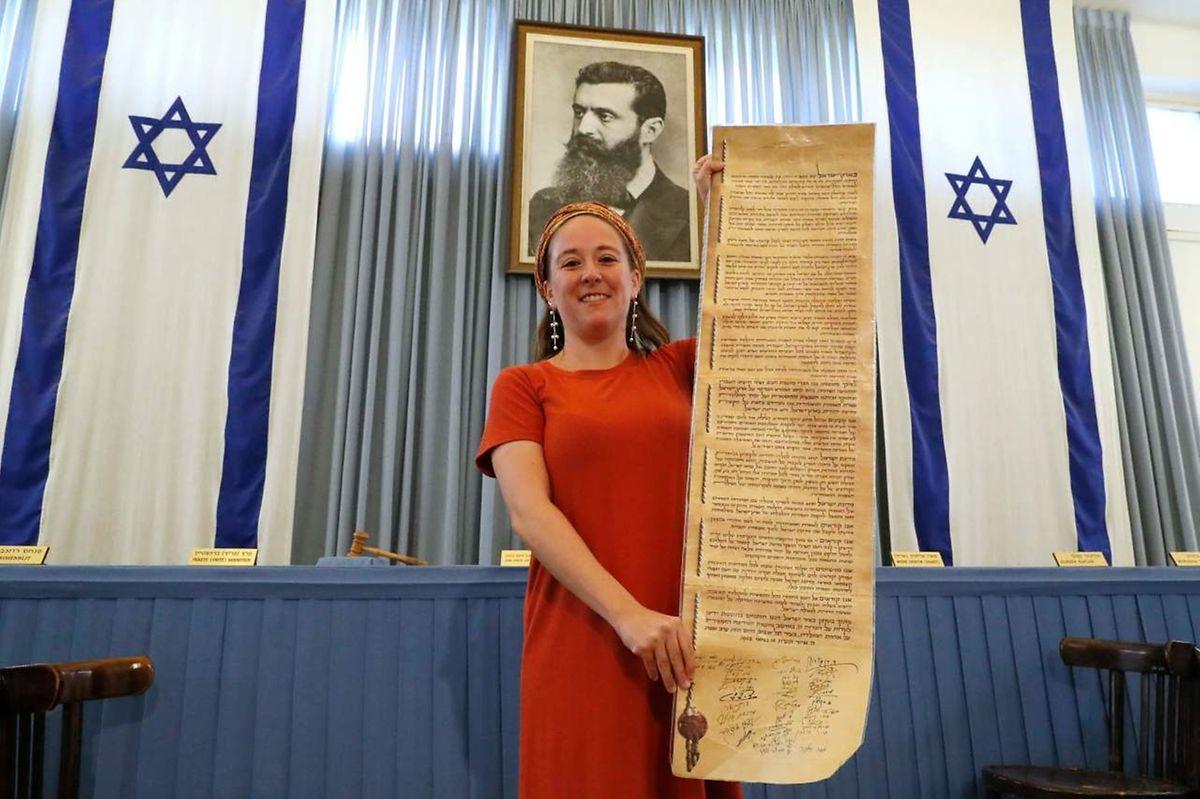 Stolz zeigt Tourguide Samantha Ben Avraham eine Kopie der Unabhängigkeitserklärung. Das unter dem strengen Blick Theodor Herzls, dem Vordenker und Begründer des politischen Zionismus.