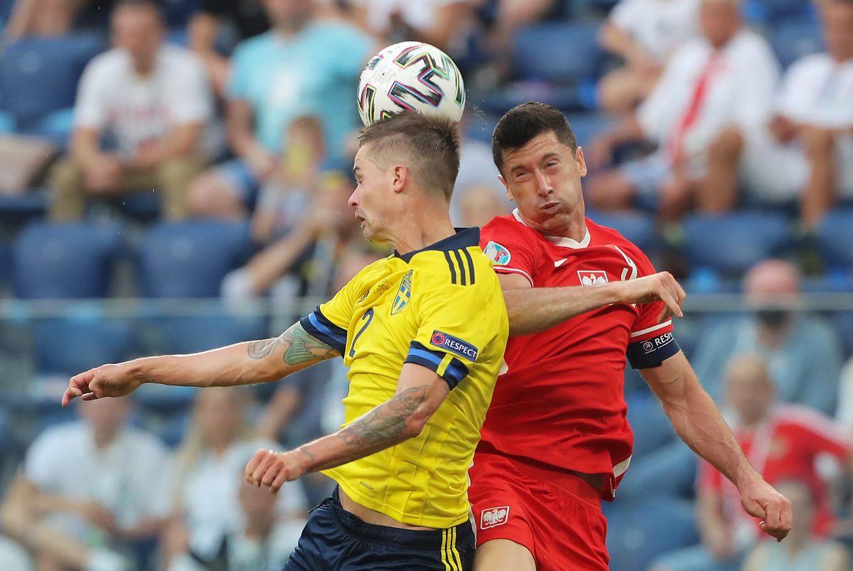 Robert Lewandowski (r.) und Polen sind nach der Niederlage gegen Schweden um Mikael Lustig ausgeschieden.