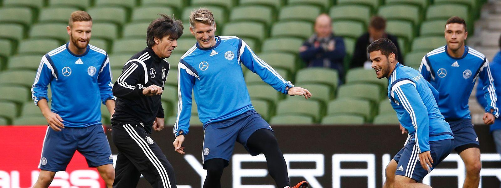 Mit Spaß bei der Sache: Trainer Joachim Löw und die deutschen Nationalspieler.