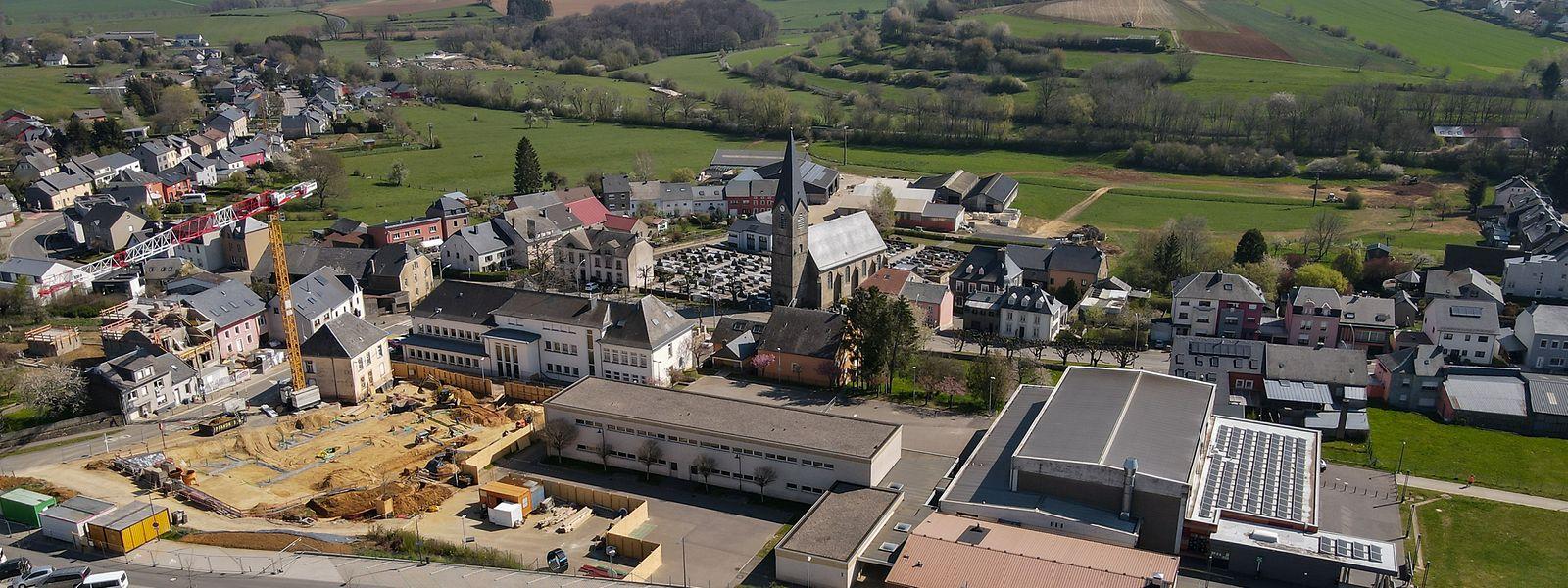 In der Ortsmitte entsteht der Festsaal als Anbau am Haus Droi.  Die Arbeiten am Schulpark beginnen bald.