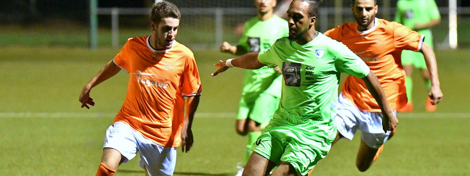 Brian Pereira, (FC Schengen, à g.) et Evandro dos Santos (CS Oberkorn en vert) se disputent la qualification: c'est le joueur du CSO qui aura le sourire à la fin