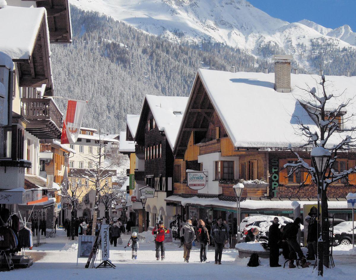 Hier wird geshoppt: Munteres Treiben in der Fußgängerzone von Sankt Anton am Arlberg.