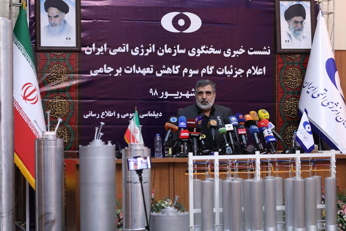 Der Iran hat mit dem endgültigen Aus des internationalen Atomabkommens Anfang November gedroht. Die nächste Stufe des Teilausstiegs könnte die finale sein und damit auch des Ende des Wiener Atomabkommens, sagte der Sprecher der iranischen Atomorganisation (AEOI), Behrus Kamalwandi, am Samstag in Teheran.