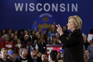 Hillary Clinton bei einem Wahlkampfauftritt in Wisconsin. In mehreren Bundesstaaten könnten die Stimmen erneut ausgezählt werden.