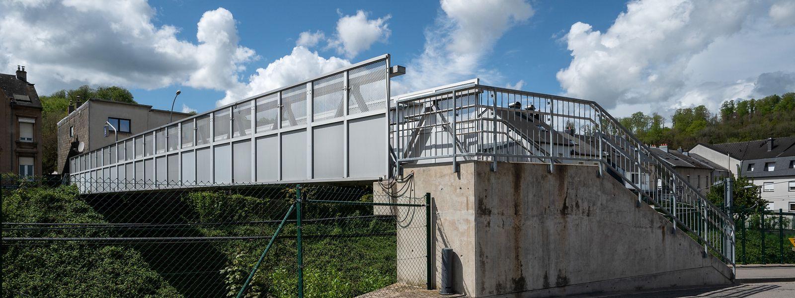 Lok , Beles , Probleme für Personnen mit Mobilite Reduite bei Bahnüberquerung Beles/Friedhof , Foto:Guy Jallay/Luxemburger Wort