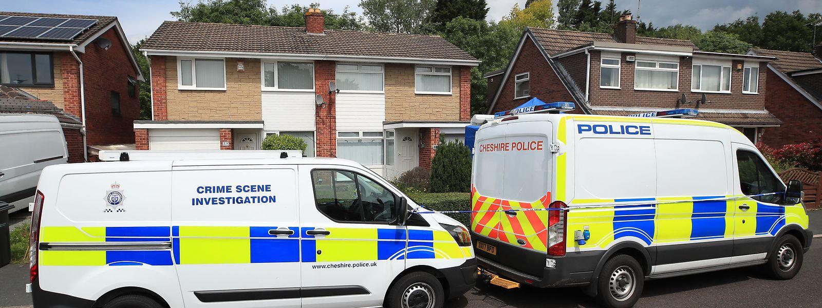 Polizisten untersuchen das Haus einer Krankenschwester. Nach dem Tod mehrerer Babys in einer Klinik in Chester im Nordwesten Englands ist eine 28 Jahre alte Krankenschwester festgenommen worden.
