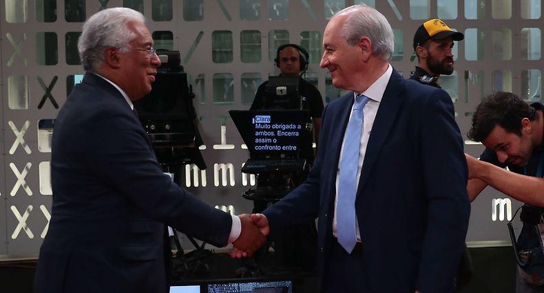 O secretário-geral do Partido Socialista (PS), António Costa (E), cumprimenta o presidente do Partido Social Democrata (PSD), Rui Rio, no final do debate para as eleições legislativas de 2019, em Lisboa,16 de setembro de 2019. ANTÓNIO COTRIM/LUSA