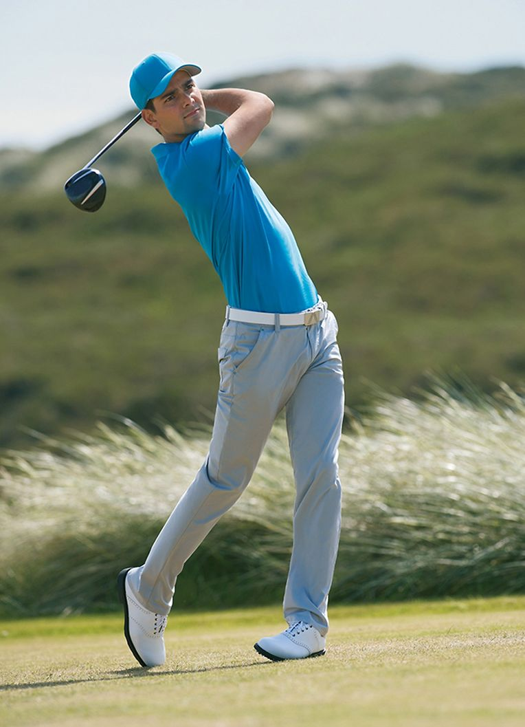 Ein bisschen Farbe und ein schlichter Schnitt: So lässt sich das stilsichere Outfit für den Golfer beschreiben.