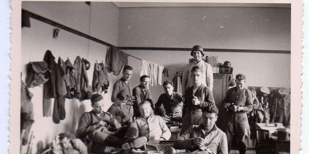 """""""Sonntag Mittag auf der Bude"""" ist auf der Rückseite dieses Fotos vom 14. Dezember 1941 zu lesen. Es zeigt Luxemburger der Freiwilligenkompanie im Polizeieinsatz auf dem Balkan – in Škofja Loka in Slowenien. Hier waren vier Luxemburger in deutscher Uniform umgekommen. ⋌(FOTO: POLICEMUSEE)"""