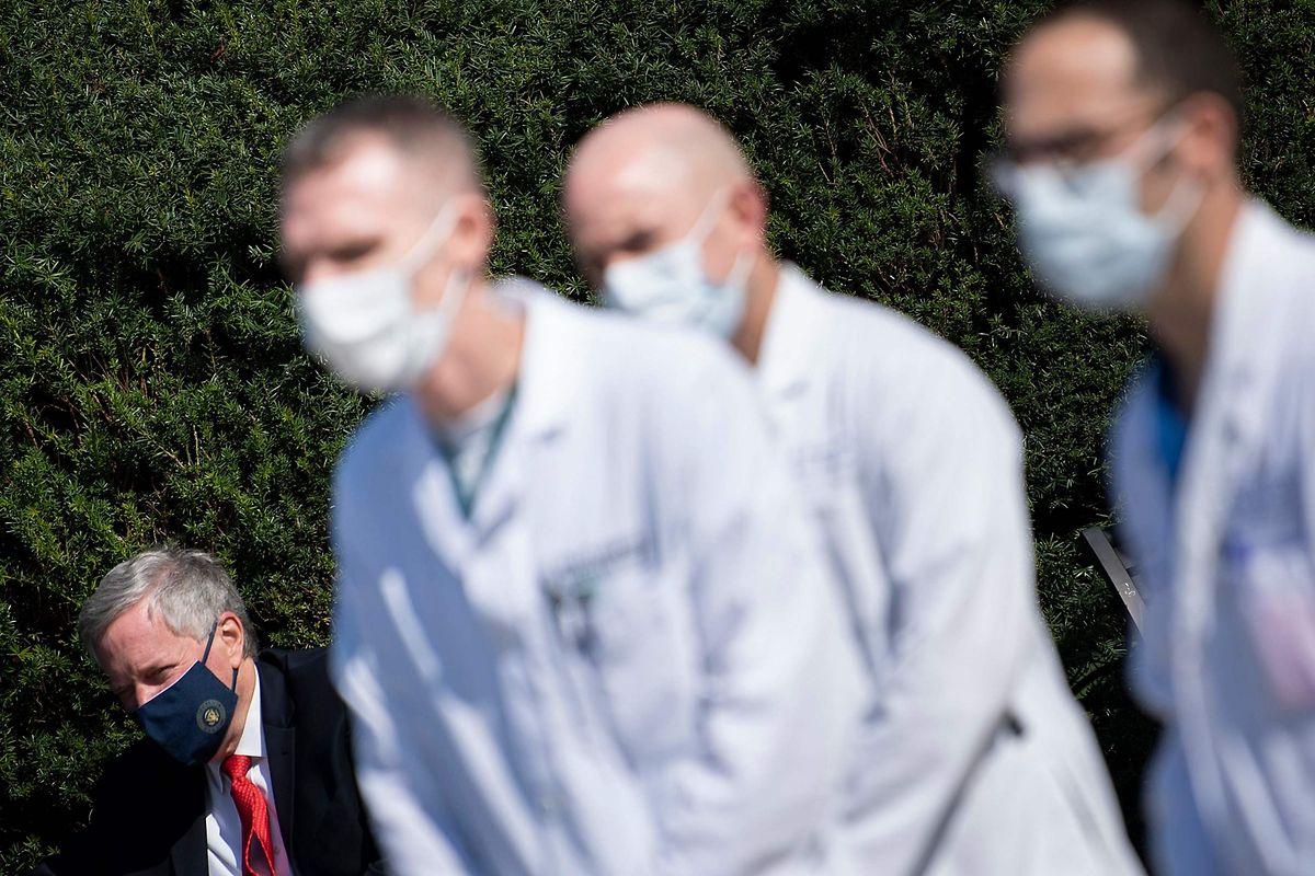 Links im Bild der Chef des Beraterstabs Mark Meadows während das Ärzteteam um Sean Conley die medizinische Lage des US-Präsidenten berichtet.