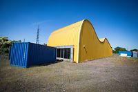 Der Pavillon, dessen Oberfläche mit gelb lackiertem Aluminium verkleidet ist, erinnert an die hügelige Landschaft der Südregion.