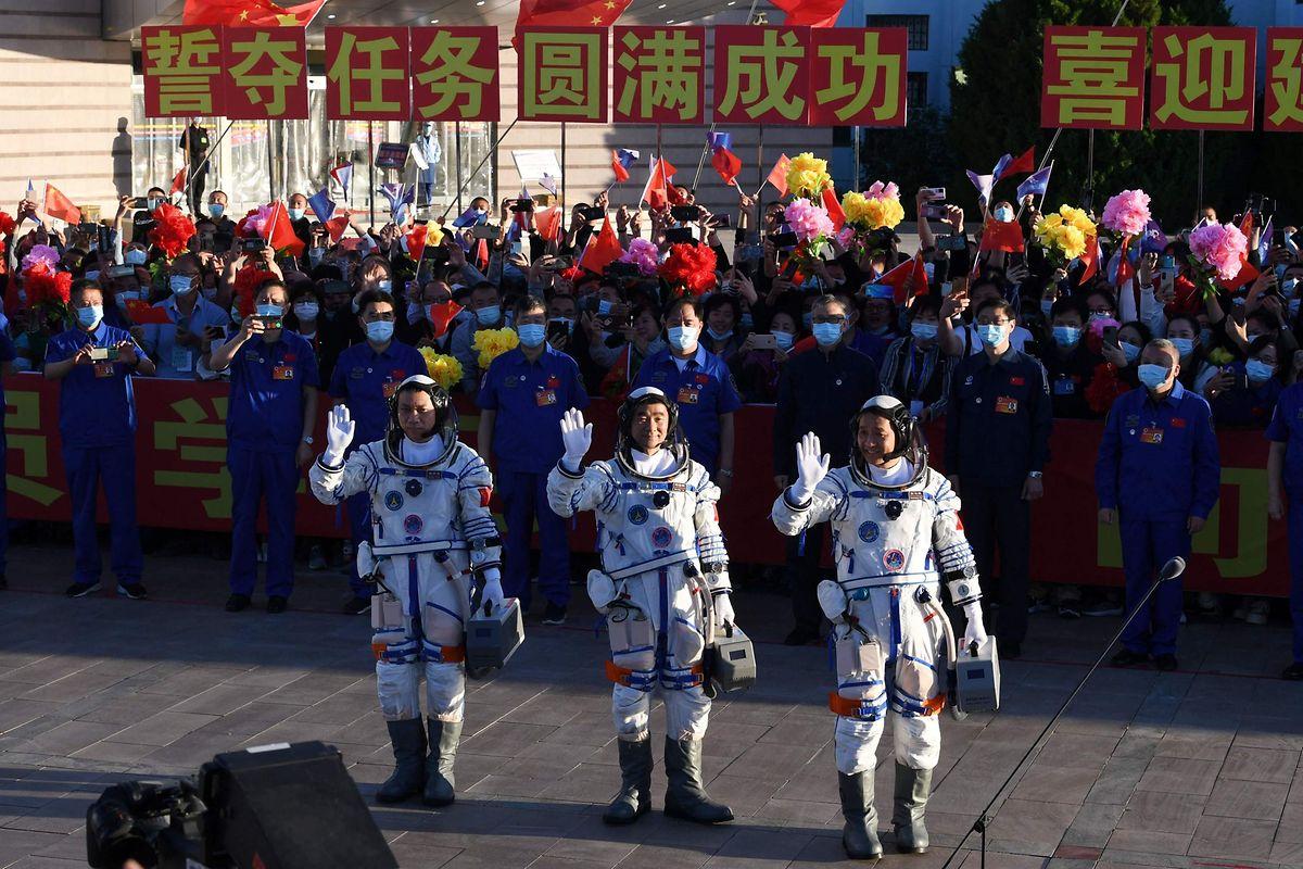 Die Astronauten Nie Haisheng, Liu Boming und Tang Hongbo werden in China gebührend verabschiedet.