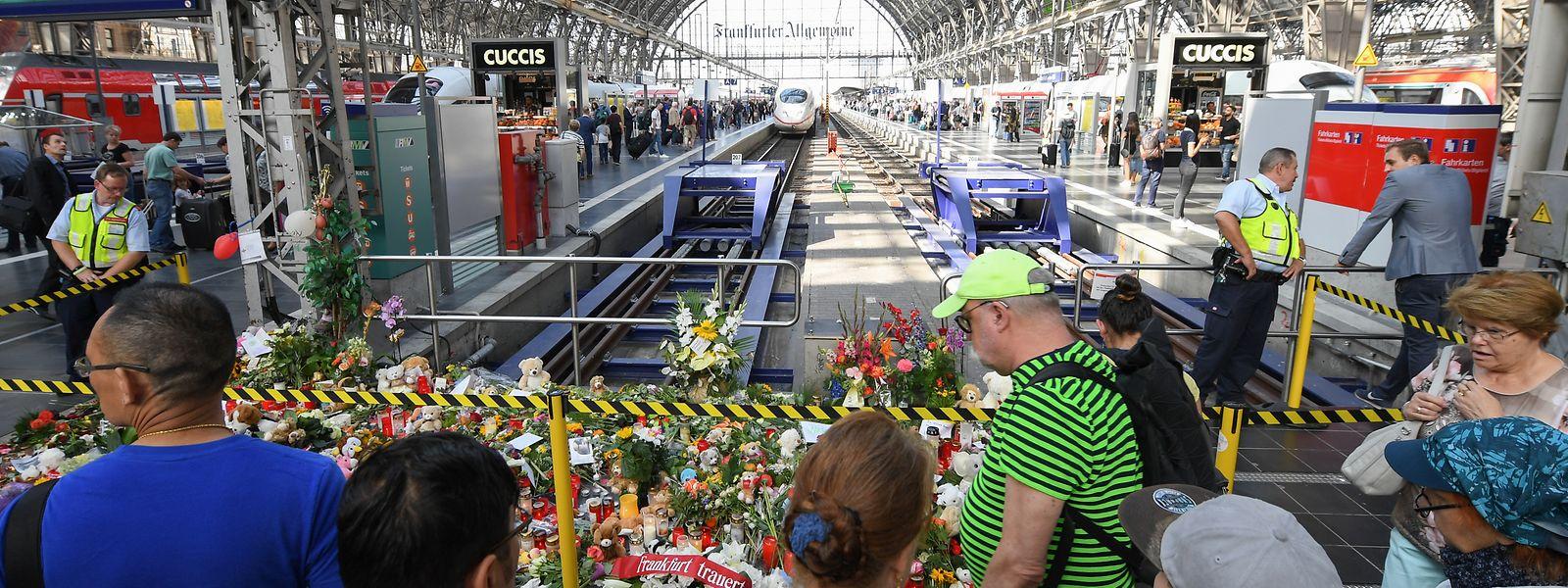 Trauernde am Gleis 7 des Frankfurter Hauptbahnhofs. Ein achtjähriger Junge wurde hier am 29. Juli von einem Mann vor einen einfahrenden ICE gestoßen und getötet.