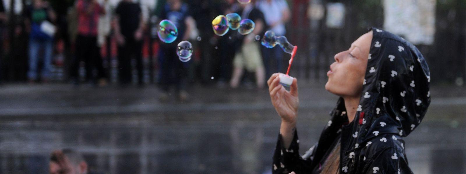 Seifenblasen am Rande der Straßenschlacht: Hamburg am Vorabend des G20-Gipfels.
