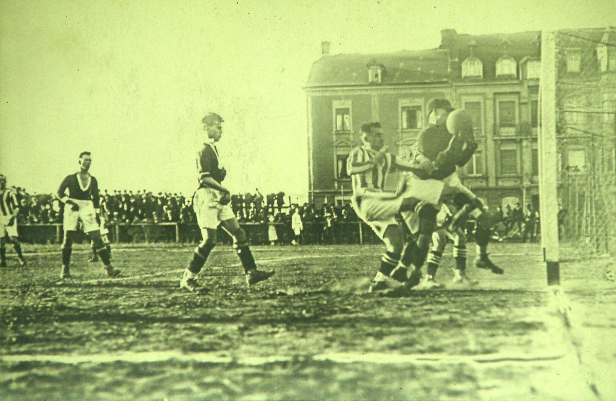 Spielszene aus dem Pokalfinale zwischen Racing und Jeunesse von 1922.