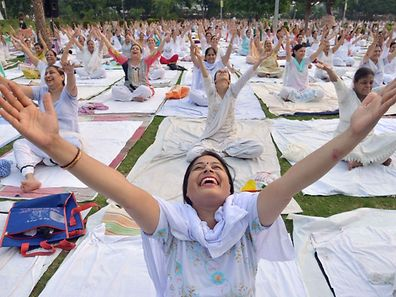 Indian yoga practioneers take part in a yoga session on International Yoga Day in Amritsar on June 21, 2016.  Yoga, which means union in Sanskrit, is a family of ancient spiritual practices and also a school of spiritual thought from the South East Asian continent, where it remains a vibrant living tradition and is seen as a means of enlightenment. / AFP PHOTO / NARINDER NANU