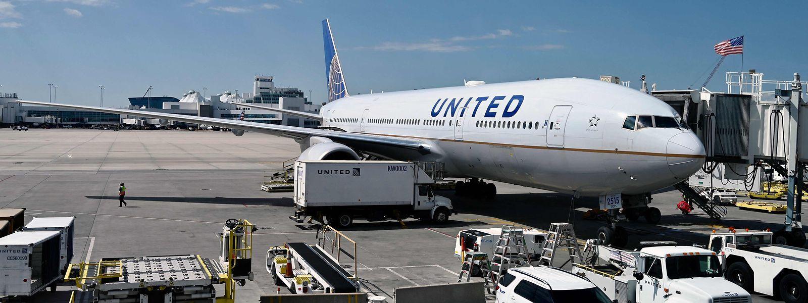 Eine 777 von United Airlines am Flughafen von Denver.