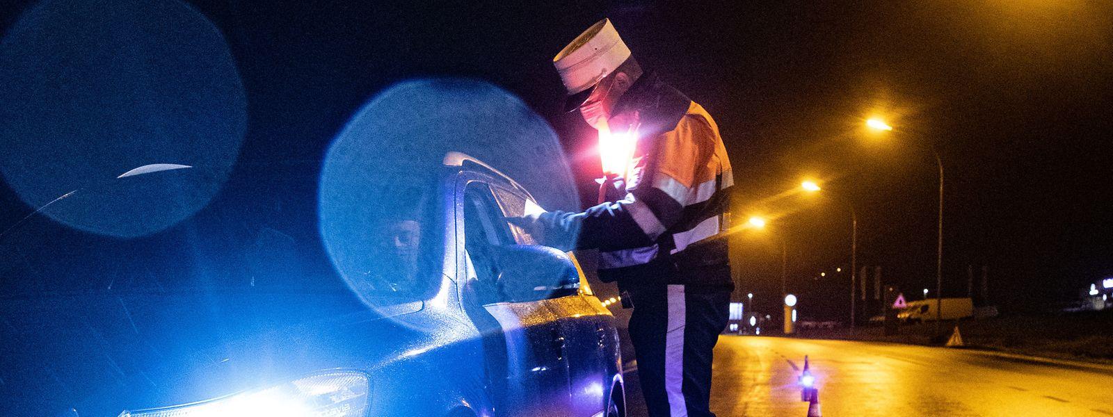 En ville ou sur les routes, chaque soir la police contrôle que nul ne circule sans motif valable.