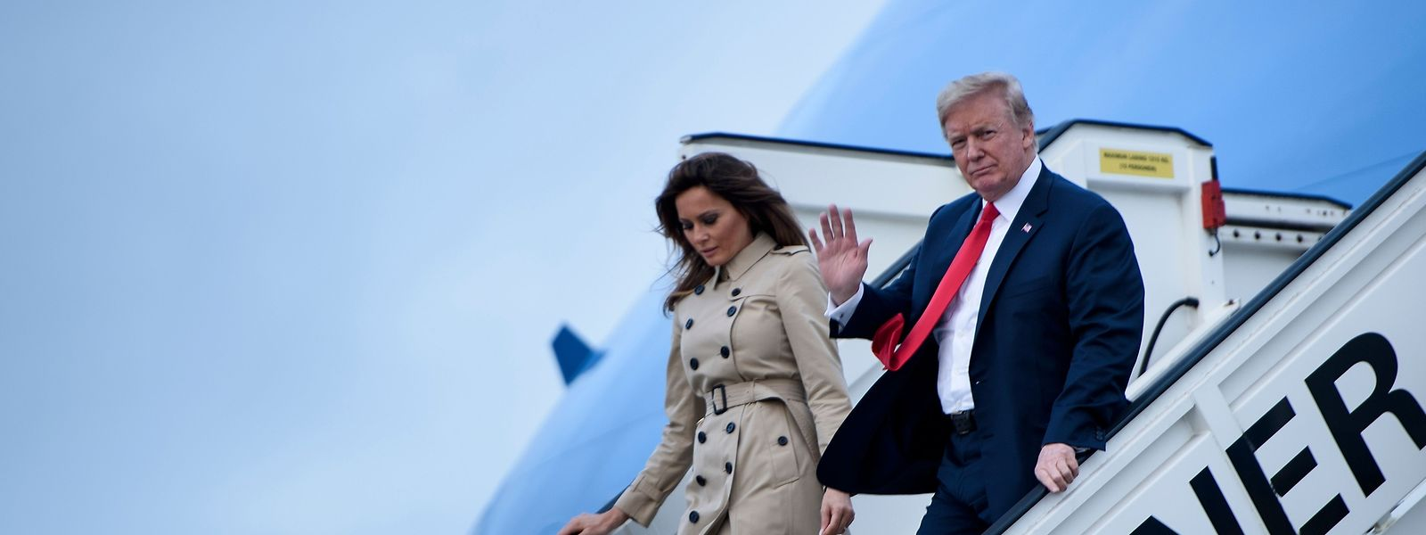 Donald Trump, Präsident der USA, und First Lady Melania Trump steigen bei ihrer Ankunft auf der Melsbroek Air Base aus der Air Force One.