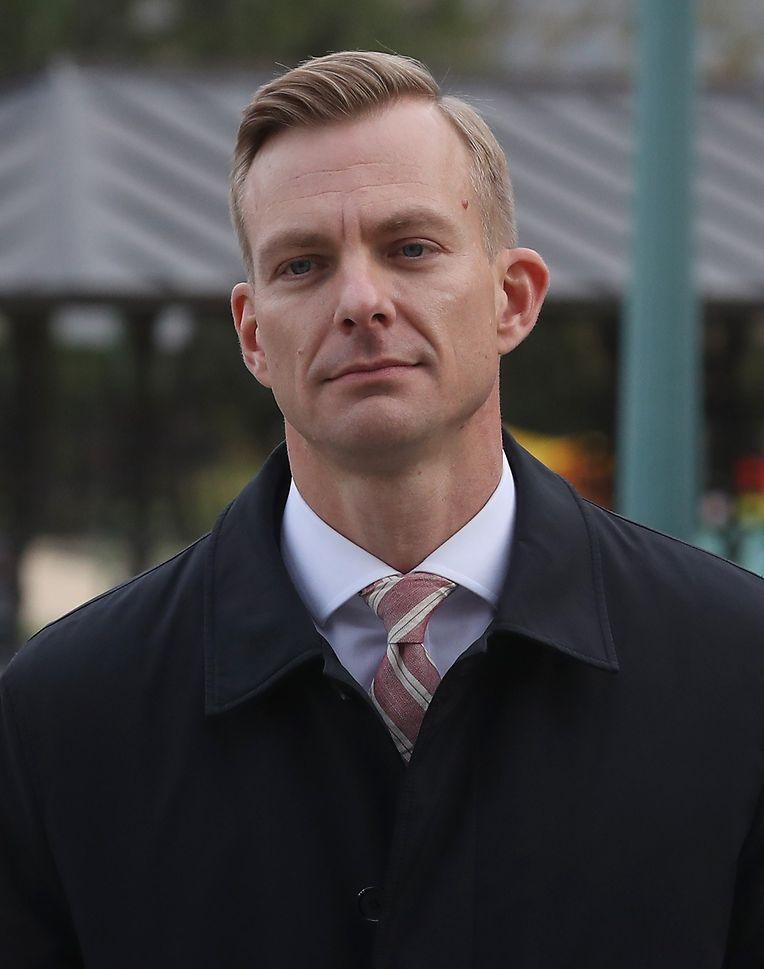David Holmes ist politischer Berater in der US-Botschaft in der Ukraine. In seiner Befragung durch den US-Kongress gab er an, gehört zu haben, wie sich US-Präsident Donald Trump persönlich bei dem US-Botschafter bei der EU nach Ermittlungen in der Ukraine erkundigte.