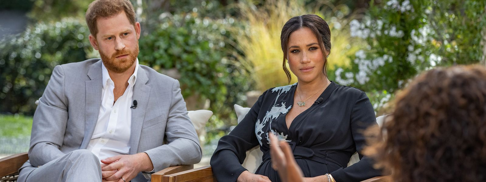 Die US-Starmoderatorin Oprah Winfrey (r) spricht während eines Interviews mit dem britischen Prinzen Harry und seiner Ehefrau Herzogin Meghan.