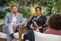 HANDOUT - 16.02.2021, ---: Die US-Starmoderatorin Oprah Winfrey (r) spricht während eines Interviews mit dem britischen Prinz Harry und seiner Ehefrau Herzogin Meghan. Um das noch nicht ausgestrahlte Interview ist, glaubt man Royals-Experten in London, nun ein heftiger Streit entbrannt. Es wird erwartet, dass Meghan scharf gegen den Palast schießt. Foto: Joe Pugliese/Harpo Productions/PA Media/dpa - ACHTUNG: Nur zur redaktionellen Verwendung im Zusammenhang mit der aktuellen Berichterstattung und nur mit vollständiger Nennung des vorstehenden Credits +++ dpa-Bildfunk +++
