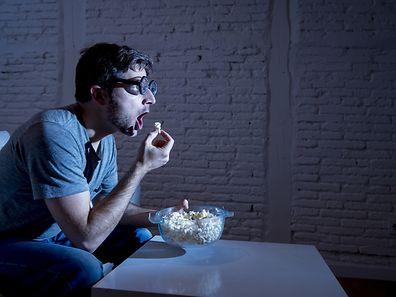 Plus de peur que de mal pour cet homme, hypnotisé devant sa télévision.
