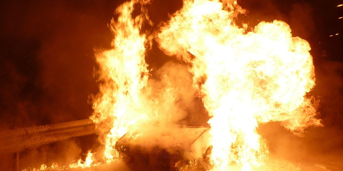 Die Feuerwehr aus Düdelingen konnte den Brand nur noch nach dem vollständigen Ausbrennen des Wagens löschen.