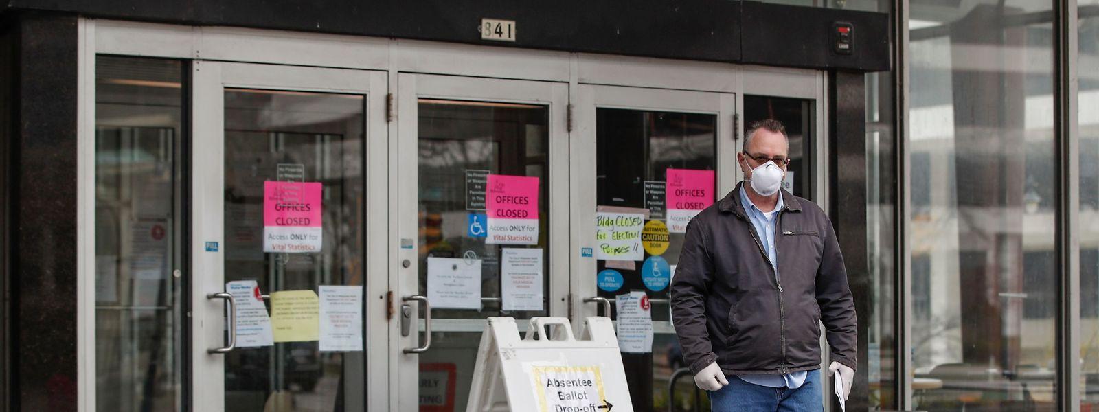 Ein Mann vor einem Wahlbüro in Wisconsin.
