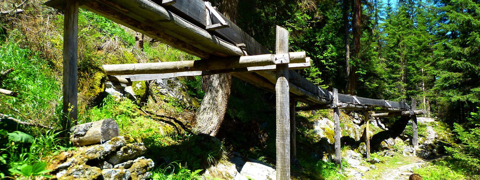Die Suone  Saxon beeindruckt mit überirdischen Holzkonstruktionen, in denen das Wasser bergab plätschert.