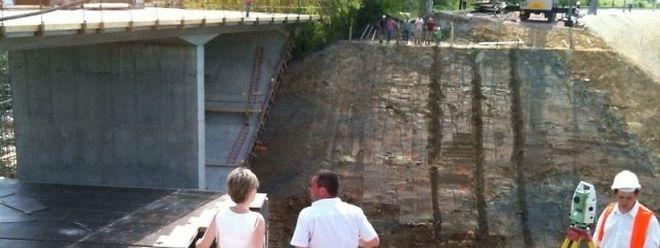 Die Baustelle am Sonntag gegen 15 Uhr: Das Erdloch ist bereits ausgehoben.