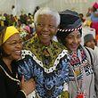 Nelson Mandela mit seiner Ehefrau Graca Machel (l) und seiner Ex-Frau Winni Mandela im Jahr 2004.