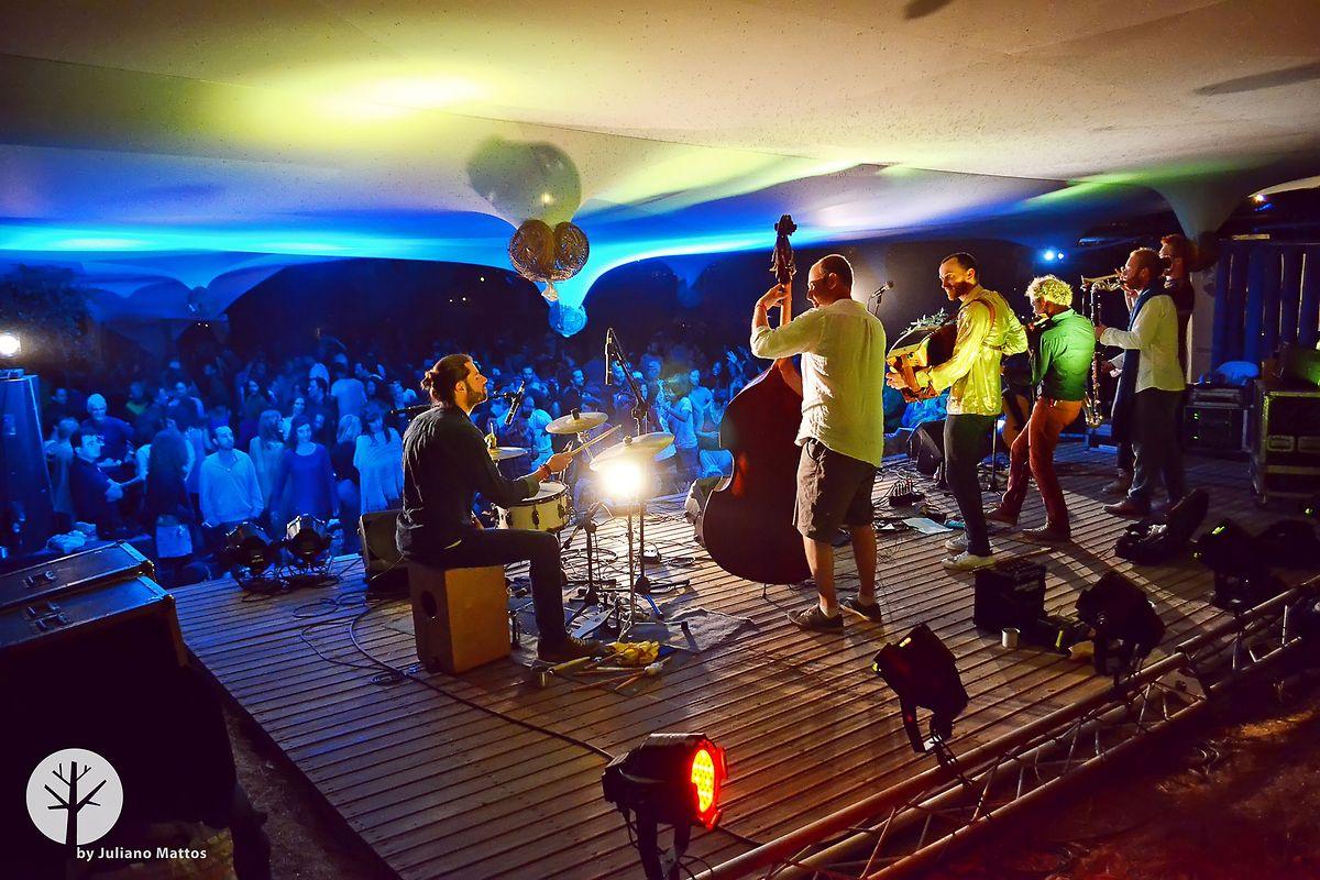 Na noite de 3 de agosto de 2016, horas depois do incêndio, os bailes e concertos ganharam uma energia especial.