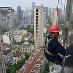 Vídeo. Chinês salva criança de queda de cinco andares com o próprio corpo
