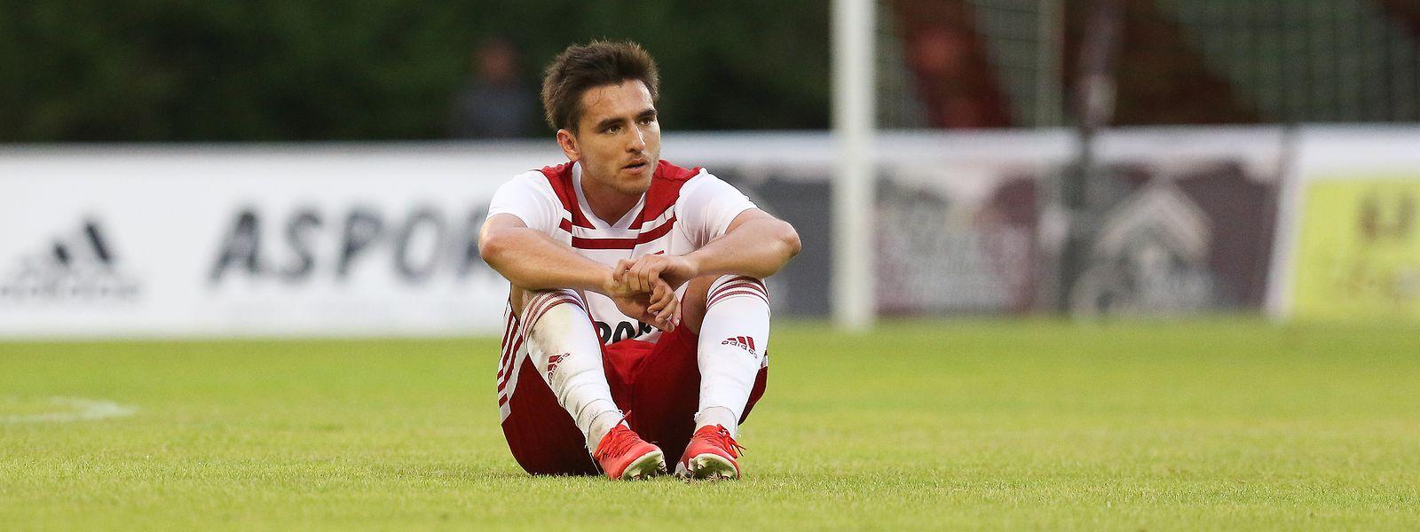 Cédric Sacras est incrédule sur le pelouse du Fola. Le club doyen a sans doute ruiné ses chances de qualification.