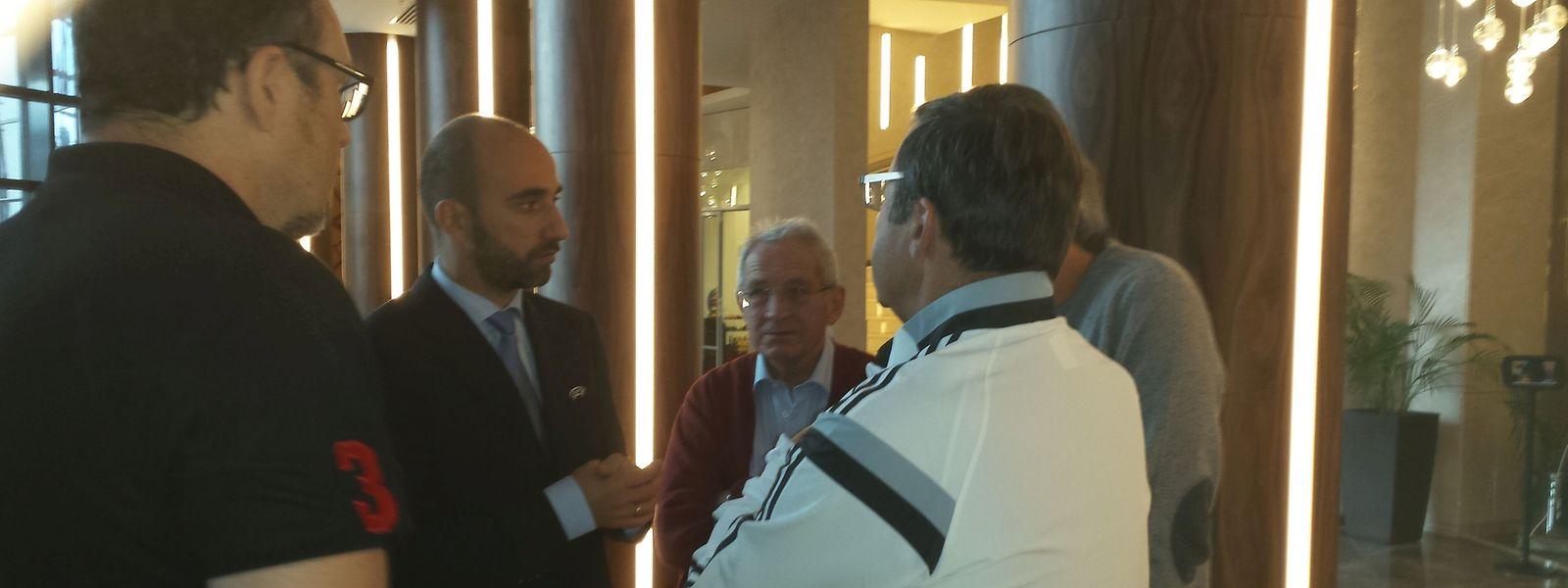 Le Docteur Huberty (training blanc) en discussion avec le délégué de l'UEFA, Dimitri Bokeria, dans le hall de l'Hôtel Renaissance Minsk