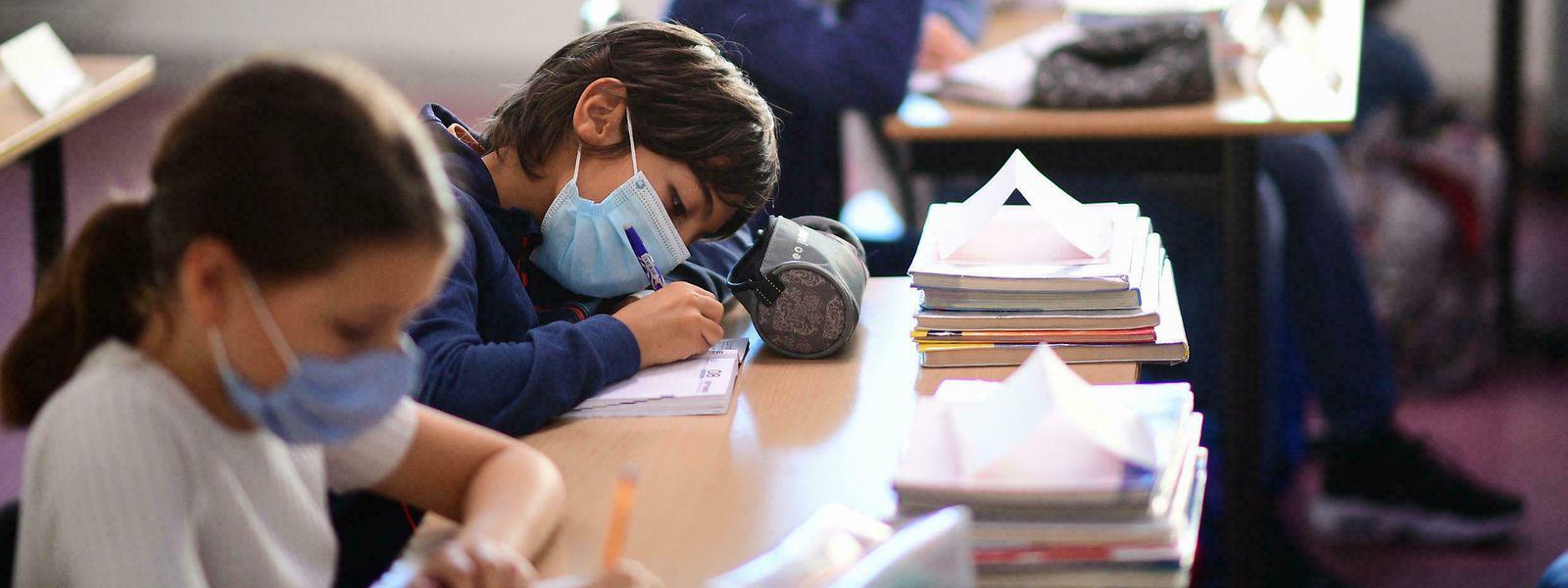 Alors que le Luxembourg a abandonné la mesure, en France le masque reste obligatoire en classe, sauf en maternelle.
