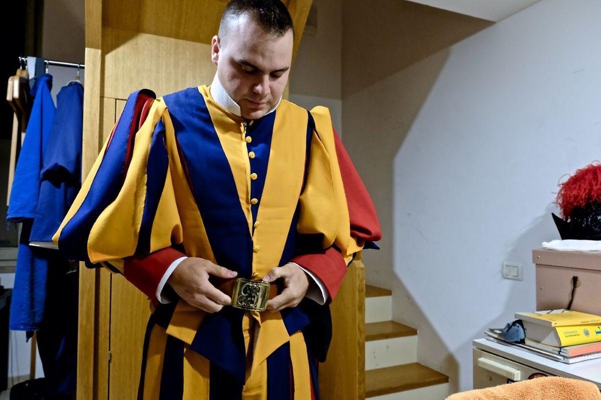 Schweizergardist Cyrill Hof in seinem Zimmer in der Kaserne der Schweizergarde im Vatikan.