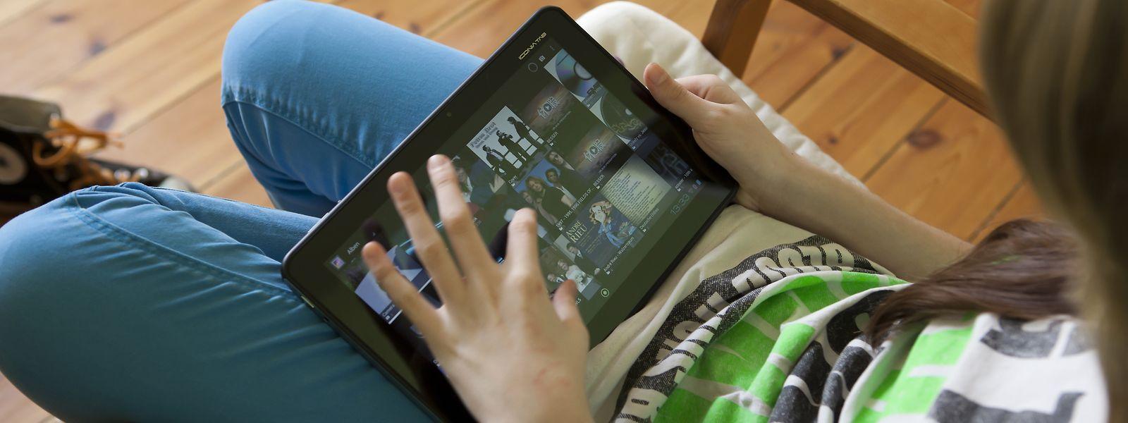 Stundenlang daddeln und Videos anschauen: Viele Kinder und Jugendliche haben während der Corona-Pandemie noch mehr Zeit als zuvor mit digitalen Spielgeräten verbracht.