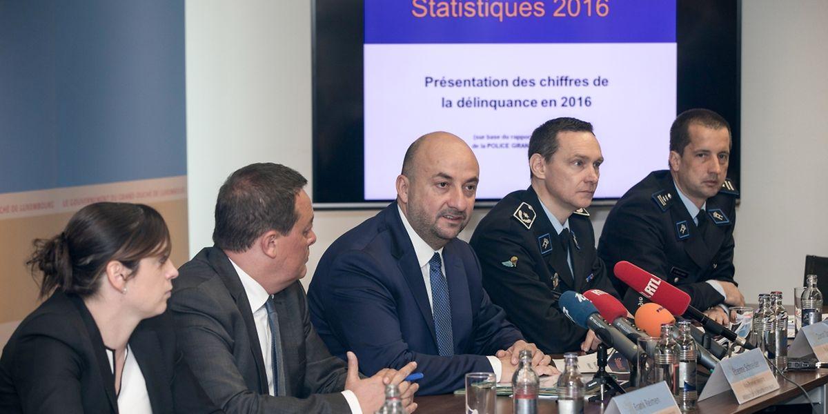Etienne Schneider, entouré de représentants de la police