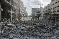 12.05.2021, Palästinensische Autonomiegebiete, Gaza: Palästinenser inspizieren das Umfeld des schwer beschädigten Al-Jawhara-Turm, nachdem der Turm von israelischen Luftangriffen getroffen worden war. Das Gesundheitsministerium im von der Terrororganisation Hamas regierten Gazastreifen sagte, die Zahl der getöteten Palästinenser sei weiter gestiegen, unter den Opfern seien auch Kinder. Foto: Mohammed Talatene/dpa +++ dpa-Bildfunk +++