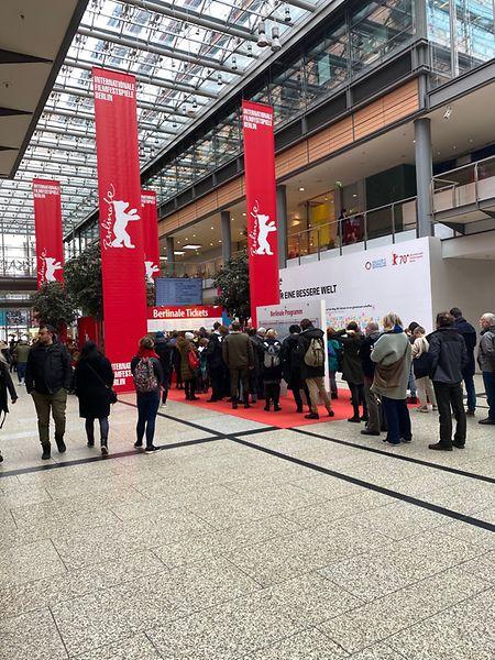 Filmfans stehen an den Ticketschaltern in den Arkaden am Potsdamer Platz für Karten zu den öffentlichen Vorstellungen der Berlinale an.