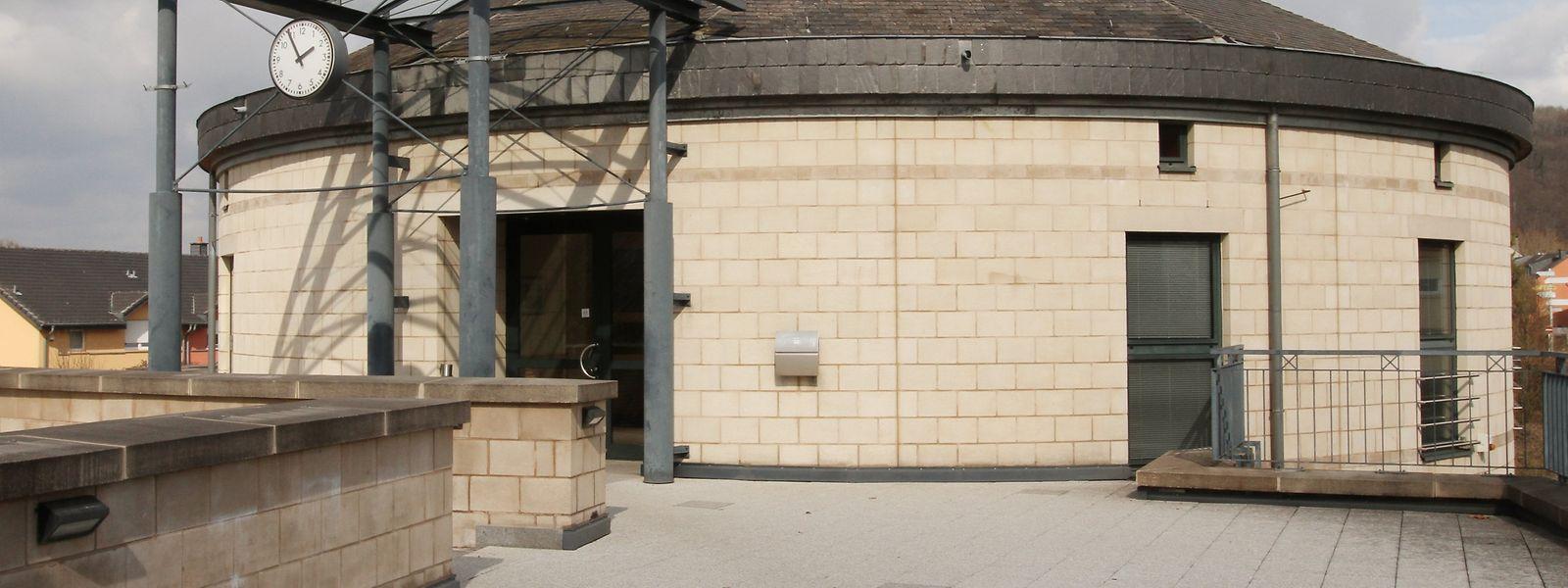 Das 1999 fertiggestellte, runde Gemeindehaus liegt auf dem Kulturzentrum auf und ist auch von der höher gelegenen Avenue Gordon Smith aus erreichbar.