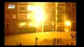 """Im August 1992 steckten Rechtsextreme unter dem Applaus der """"normalen Bürger"""" ein von Vietnamesen bewohntes Hochhaus in Lichtenhagen in Brand."""