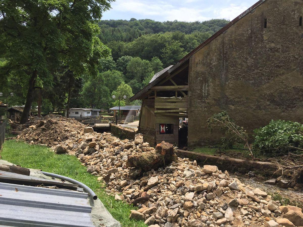Descendu tout droit de Waldbillig, le ruisseau devenu torrent s'est engouffré dans le camping et dans la maison des propriétaires. Aujourd'hui, les pierres charriées par l'inondation jonchent ses berges.