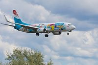 Lokales, Illustration, Luxair Flieger wurde künstlerisch bemalt von SUMO, Flugzeug Boeing 737-8C9, Fluggerät B738 LX-LGU, Ankunft aus Kos  Foto: Anouk Antony/Luxemburger Wort